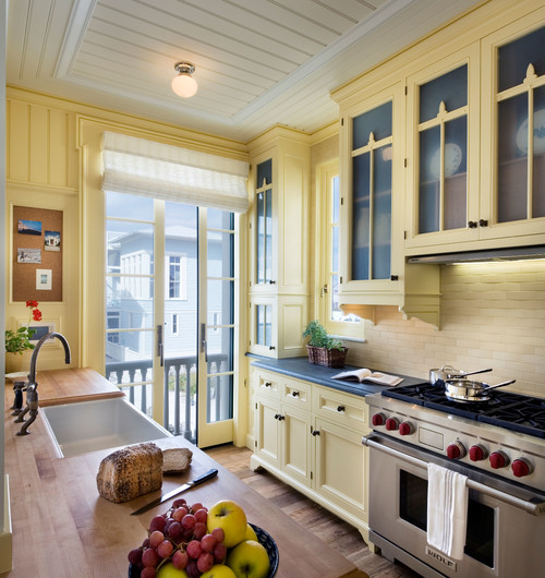 желтый цвет в отделке интерьера реечный потолок