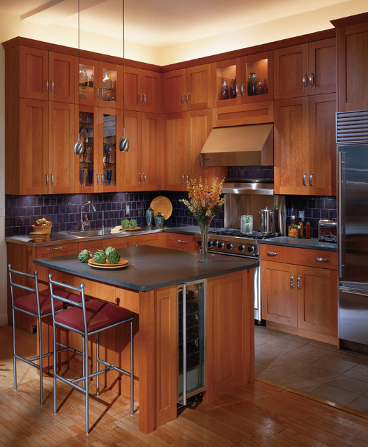 Shaker cherry kitchen cabinets traditional kitchen for Cherry kitchen cabinets
