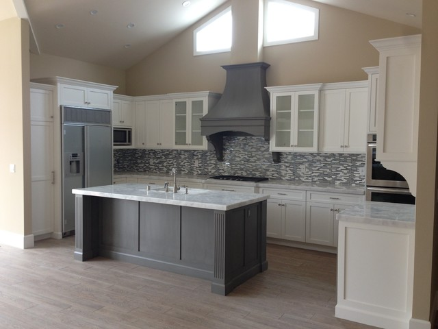 Shaker white kitchen fluted grey island beach style for Grey and white kitchen cabinets