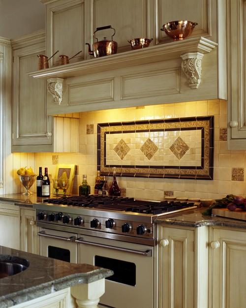 Проект кухни в классике с большой газовой плитой и вытяжкой
