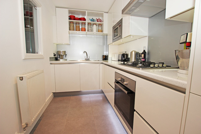 Gentil Minimalist L Shaped Enclosed Kitchen Photo In London With White Cabinets