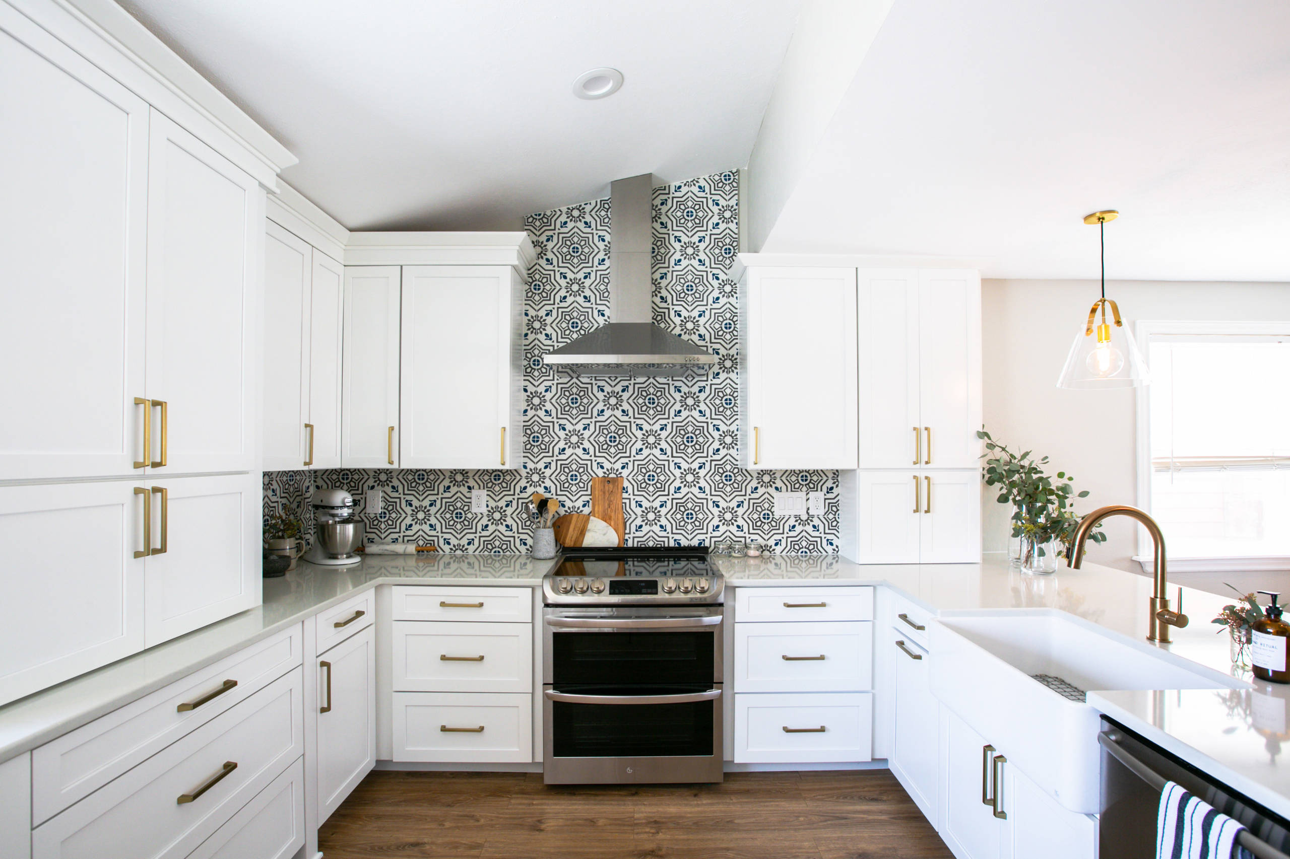 75 Beautiful Vinyl Floor Kitchen With White Cabinets Pictures Ideas January 2021 Houzz