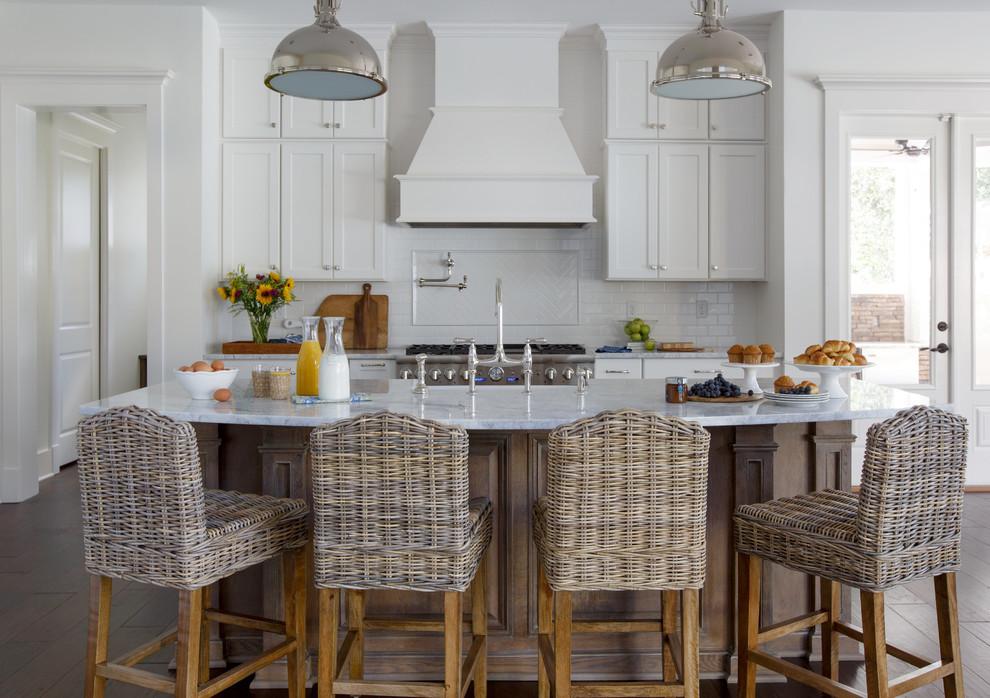 ジャクソンビルのカントリー風おしゃれなキッチン (エプロンフロントシンク、白いキャビネット、白いキッチンパネル、サブウェイタイルのキッチンパネル、シルバーの調理設備、濃色無垢フローリング、シェーカースタイル扉のキャビネット、大理石カウンター) の写真