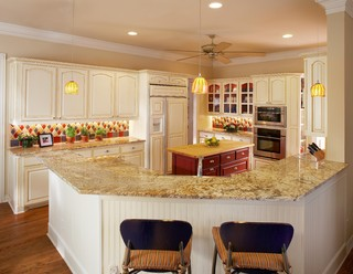 Traditional Kitchen by Grand Prairie Kitchen & Bath Designers USI
