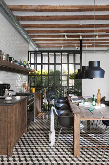 Diseño de cocina comedor industrial con armarios con paneles lisos, puertas de armario con efecto envejecido, salpicadero blanco y salpicadero de azulejos tipo metro