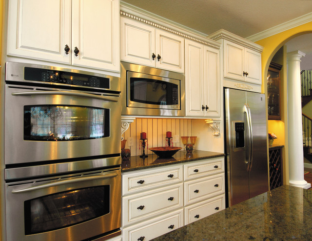 Starmark Cabinetry Kitchen In Maple Finished Ivory Cream With Chocolate Glaze American Traditional Other By Houzz