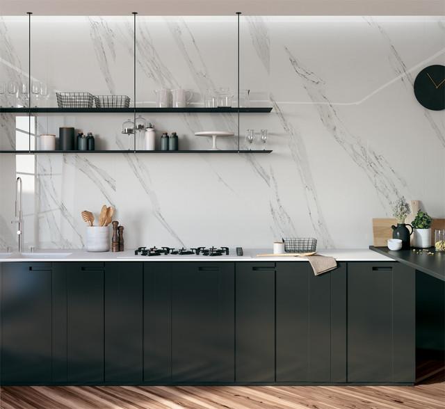 Foto di una cucina a L design con ante lisce, ante nere, top in superficie solida, paraspruzzi bianco, paraspruzzi in gres porcellanato, penisola e lavello a doppia vasca