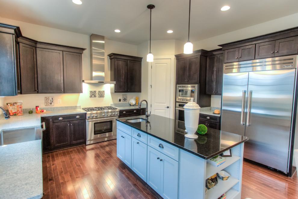 Stunning 2-tone Gourmet Kitchen w/Upgraded Appliance ...