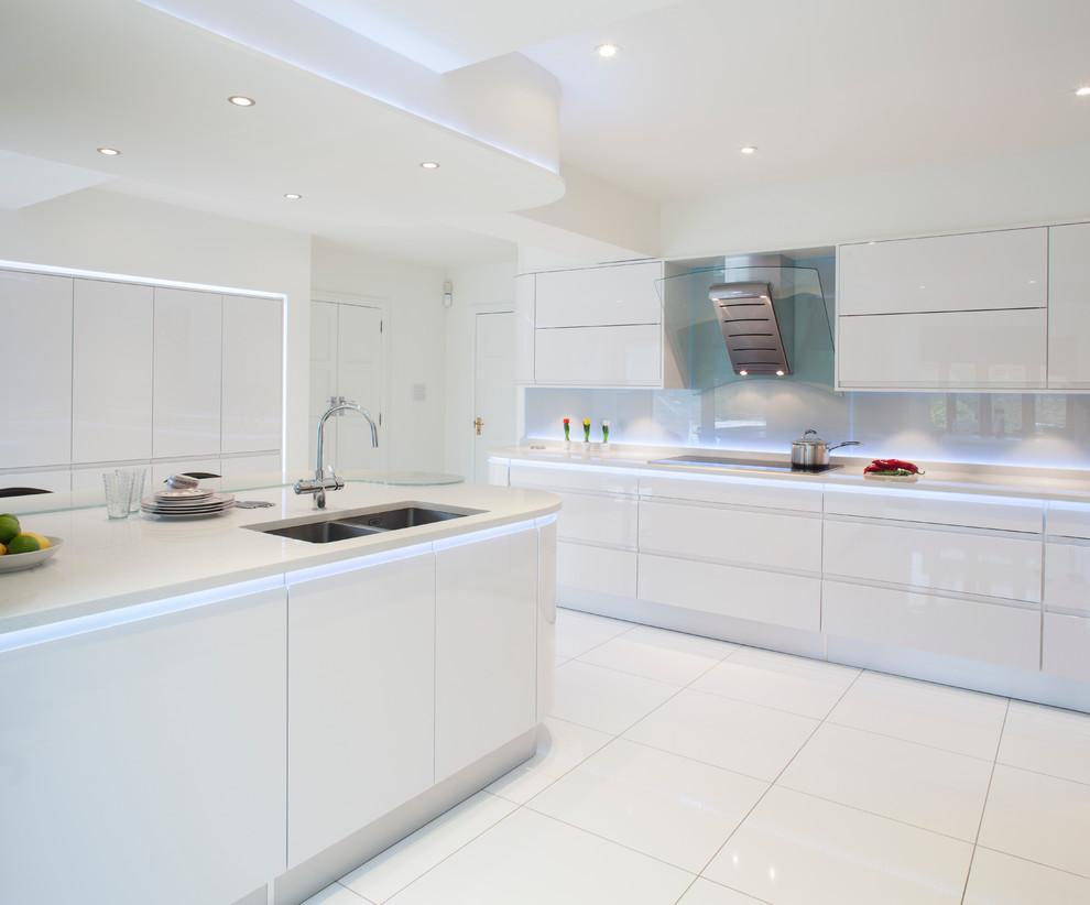 Ispirazione per una cucina contemporanea di medie dimensioni con lavello a doppia vasca, ante lisce, ante bianche, top in vetro riciclato, paraspruzzi bianco, paraspruzzi con lastra di vetro, pavimento con piastrelle in ceramica, isola e pavimento bianco