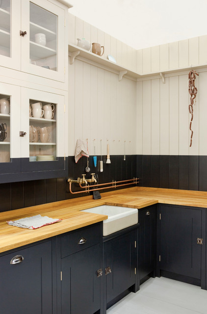 Kitchen - traditional kitchen idea in London