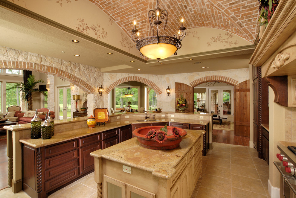 Example of a classic kitchen design in Houston