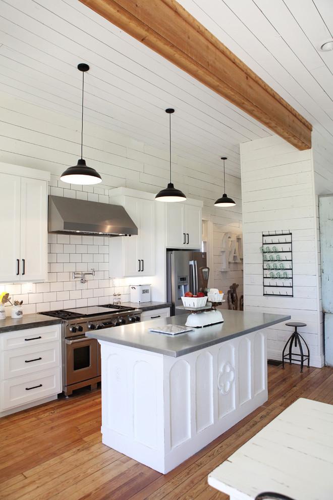 Kitchen - farmhouse kitchen idea in Austin