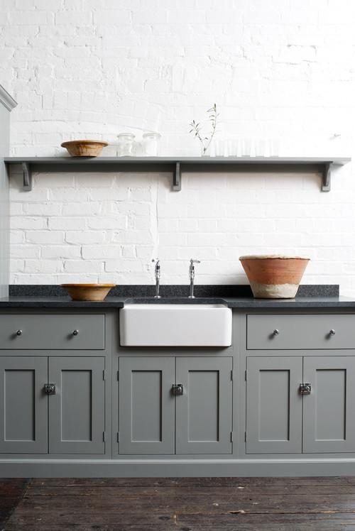 グレーのキッチン扉が印象的ですね。温かみのあるウッディな床に合わせた優しい色合いが素敵です。