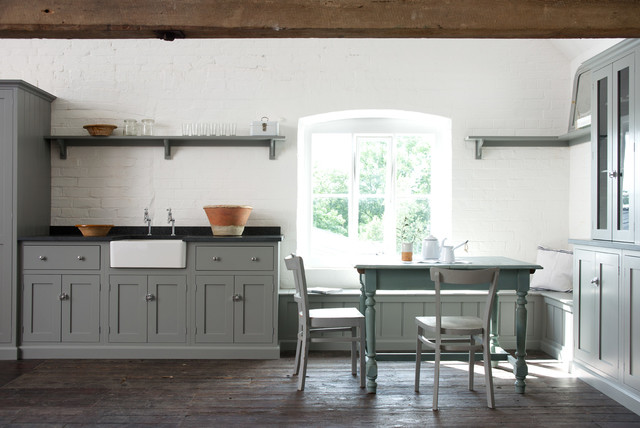 Country Wohnküche mit dunklem Holzboden in Sonstige