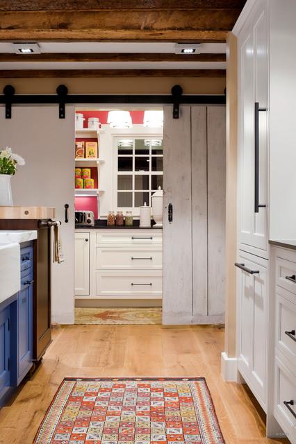 Выдающиеся фото от архитекторов и дизайнеров интерьера: кухня в стиле кантри с раковиной в стиле кантри, фасадами с декоративным кантом, синими фасадами, мраморной столешницей, техникой под мебельный фасад, светлым паркетным полом и коричневым полом