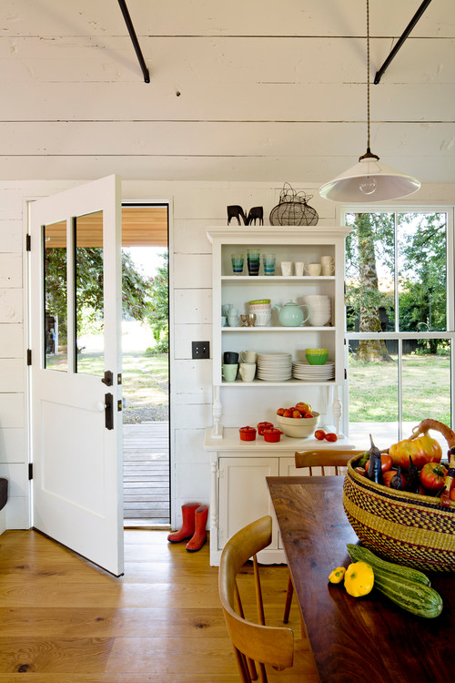 A tiny farmhouse in Portland OR designed by Jessica Helgerson via Houzz - Farmhouse style kitchen