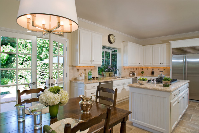 Colonial Revival traditional kitchen