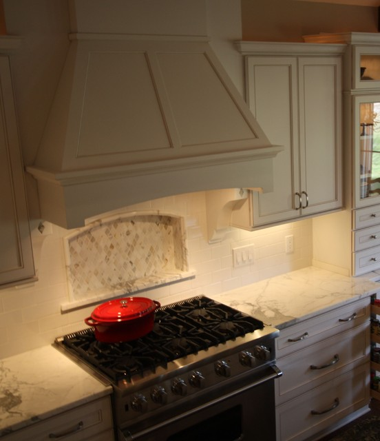 Merveilleux Wood Range Hood Traditional Kitchen