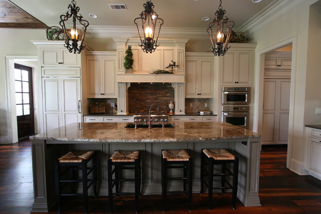 Traditional kitchen design with custom mouser cabinetry for Classic kitchen decor