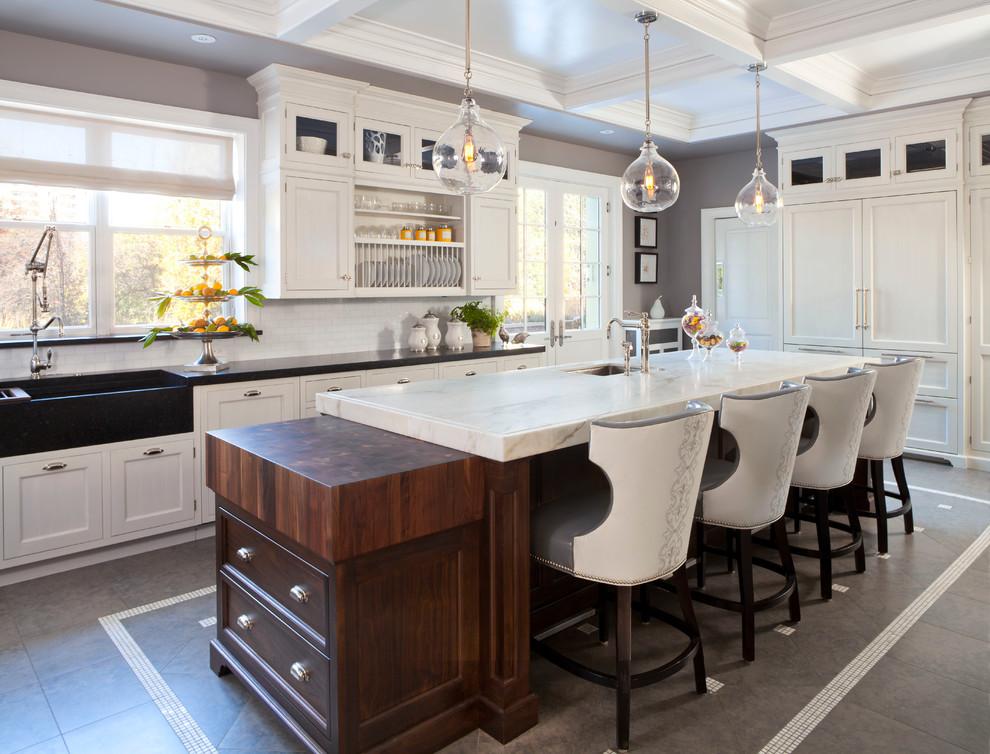 Immagine di un cucina con isola centrale tradizionale con ante in stile shaker, ante bianche, paraspruzzi bianco, paraspruzzi con piastrelle diamantate e elettrodomestici in acciaio inossidabile