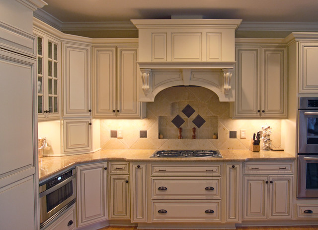Warm creams and caramels accentuate in pinehurst for Cream kitchen cupboards
