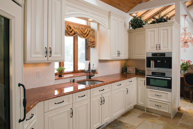 Traditional kitchen in cherry chestnut and maple beach for Arctic white kitchen cabinets