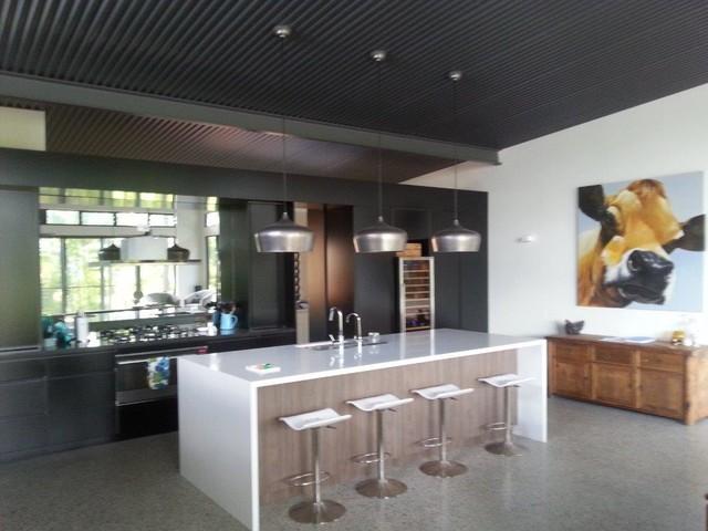 Traditional queenslander blending with today 39 s modern living for Kitchen ideas for queenslanders
