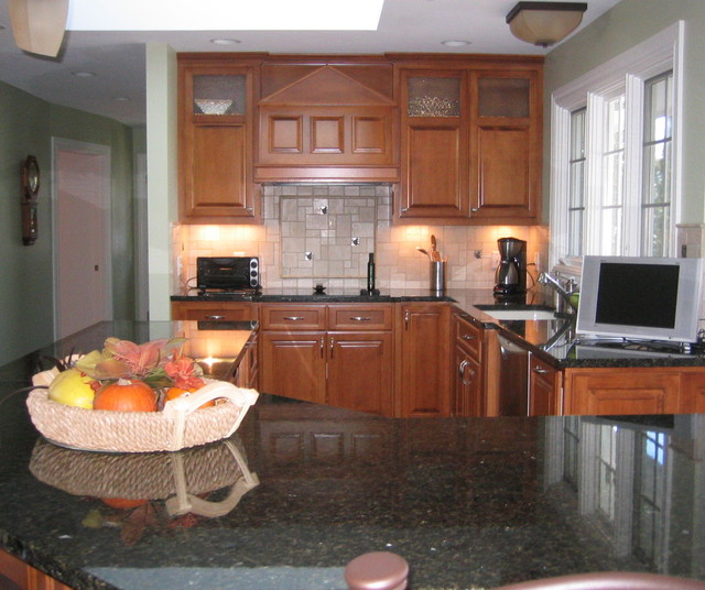 Traditional Riverfront traditional-kitchen