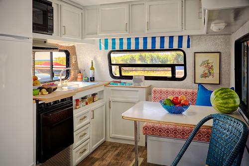 カラフルな家具がポップなトレーラーハウス。窓のあるキッチンは明るくて機能的ですね。