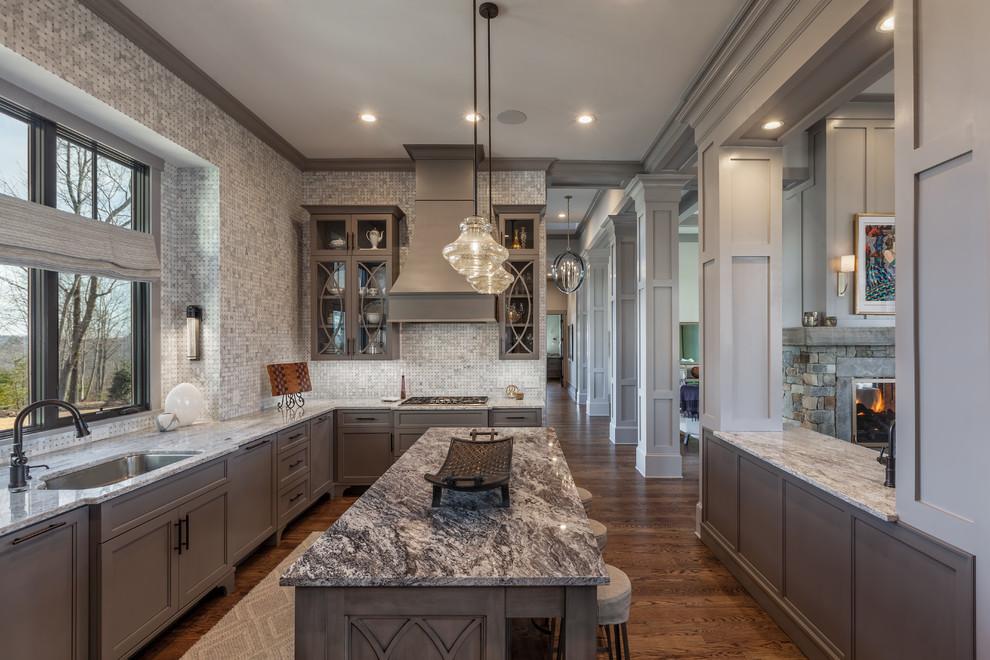 Klassische Küche in L-Form mit Unterbauwaschbecken, Schrankfronten mit vertiefter Füllung, grauen Schränken, bunter Rückwand, Rückwand aus Mosaikfliesen, dunklem Holzboden, Kücheninsel und braunem Boden in Sonstige