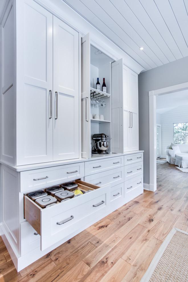 Diseño de cocina clásica renovada, grande, con fregadero bajoencimera, armarios con paneles empotrados, encimera de cuarzo compacto, salpicadero blanco, salpicadero de azulejos tipo metro, electrodomésticos de acero inoxidable y una isla