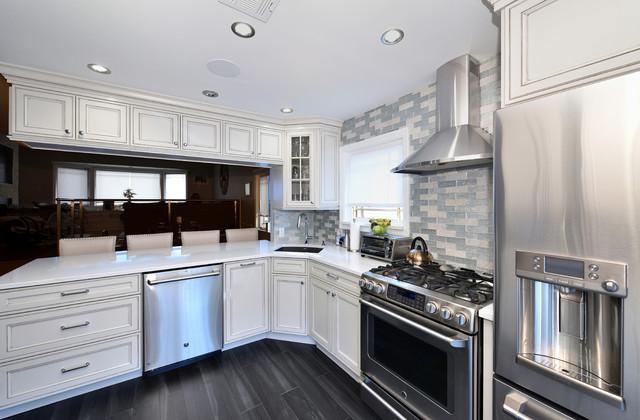 Kitchen - transitional kitchen idea in New York
