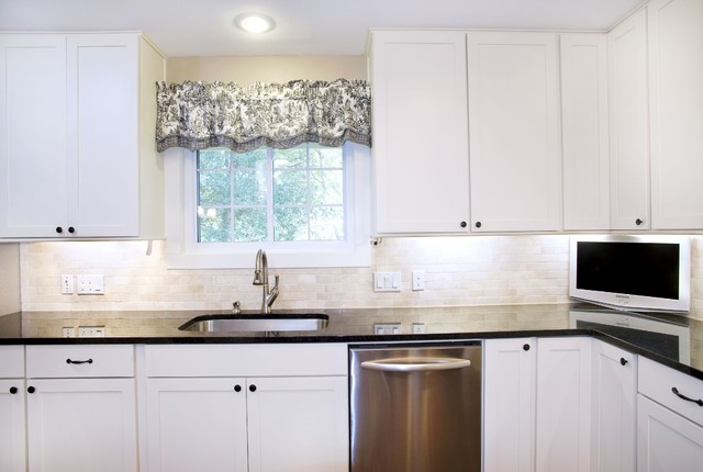 Transitional white kitchen shaker style cabinets for Shaker style kitchen cabinets white