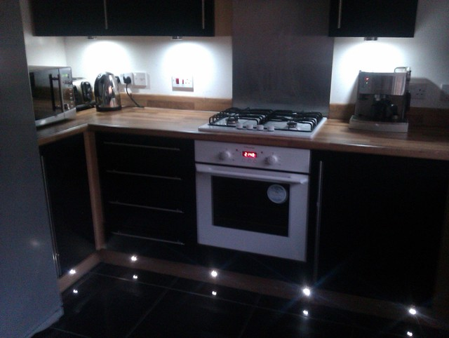 Under unit and plinth lighting contemporary kitchen for Kitchen units without plinths