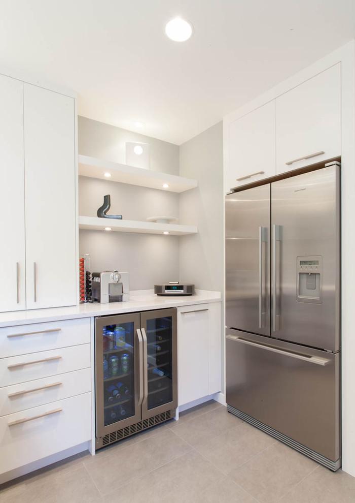 Diseño de cocina contemporánea con electrodomésticos de acero inoxidable