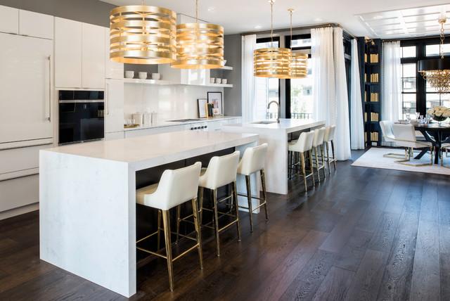 Foto di una cucina chic con lavello sottopiano, ante lisce, ante bianche, paraspruzzi bianco, elettrodomestici da incasso, parquet scuro, 2 o più isole e pavimento marrone