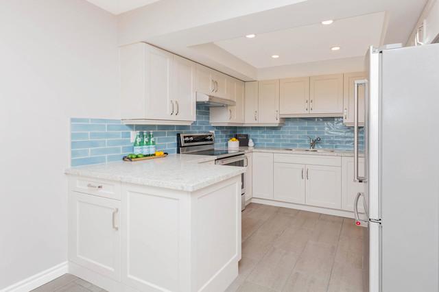 トロント, ONのコンテンポラリースタイルのキッチンの写真