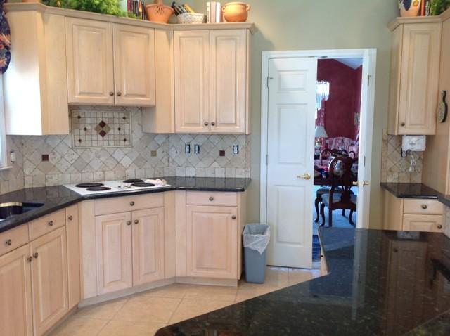 Verde Pea Granite On Light Wood, Kitchen Cabinets Light Wood