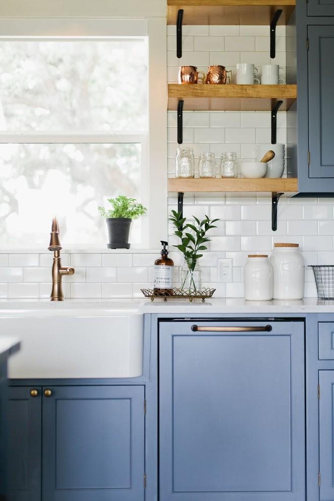 Example of a farmhouse kitchen design in Dallas