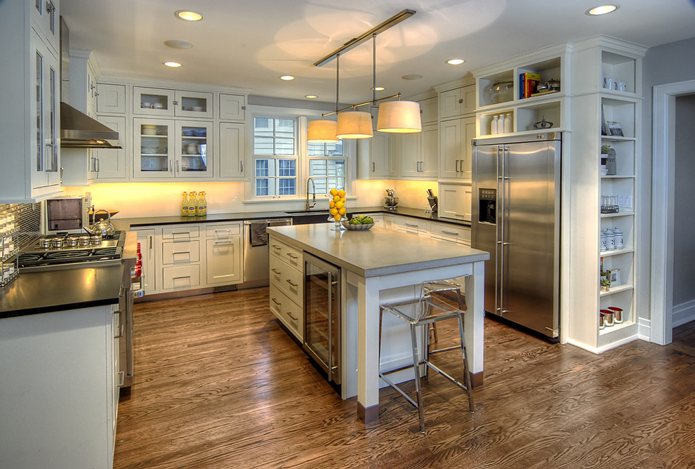 Kitchen - contemporary kitchen idea in Chicago with stainless steel appliances