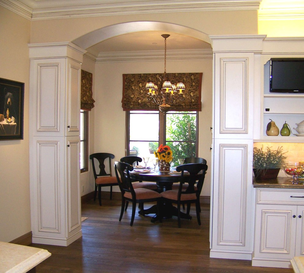 Eat-in kitchen - traditional eat-in kitchen idea in San Diego