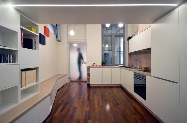 Esempio di una piccola cucina contemporanea con ante lisce, ante bianche, top in laminato, paraspruzzi marrone, paraspruzzi in legno, elettrodomestici in acciaio inossidabile e top marrone
