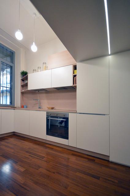Immagine di una piccola cucina minimal con pavimento in legno verniciato e pavimento marrone