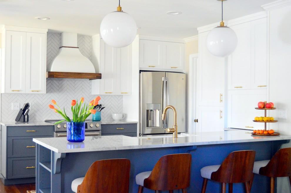 Esempio di un cucina con isola centrale chic con ante in stile shaker, ante bianche, paraspruzzi bianco e elettrodomestici in acciaio inossidabile