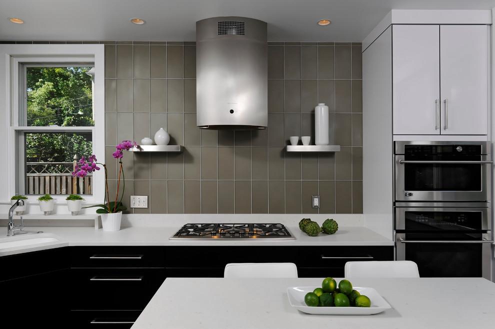 Diseño de cocina contemporánea, pequeña, con armarios con paneles lisos, encimera de cuarcita, salpicadero verde, electrodomésticos de acero inoxidable, fregadero bajoencimera, salpicadero de azulejos tipo metro, suelo de linóleo, una isla, puertas de armario blancas y suelo negro