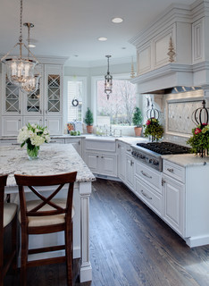Well-dressed Traditional Kitchen - Traditional - Kitchen - Chicago