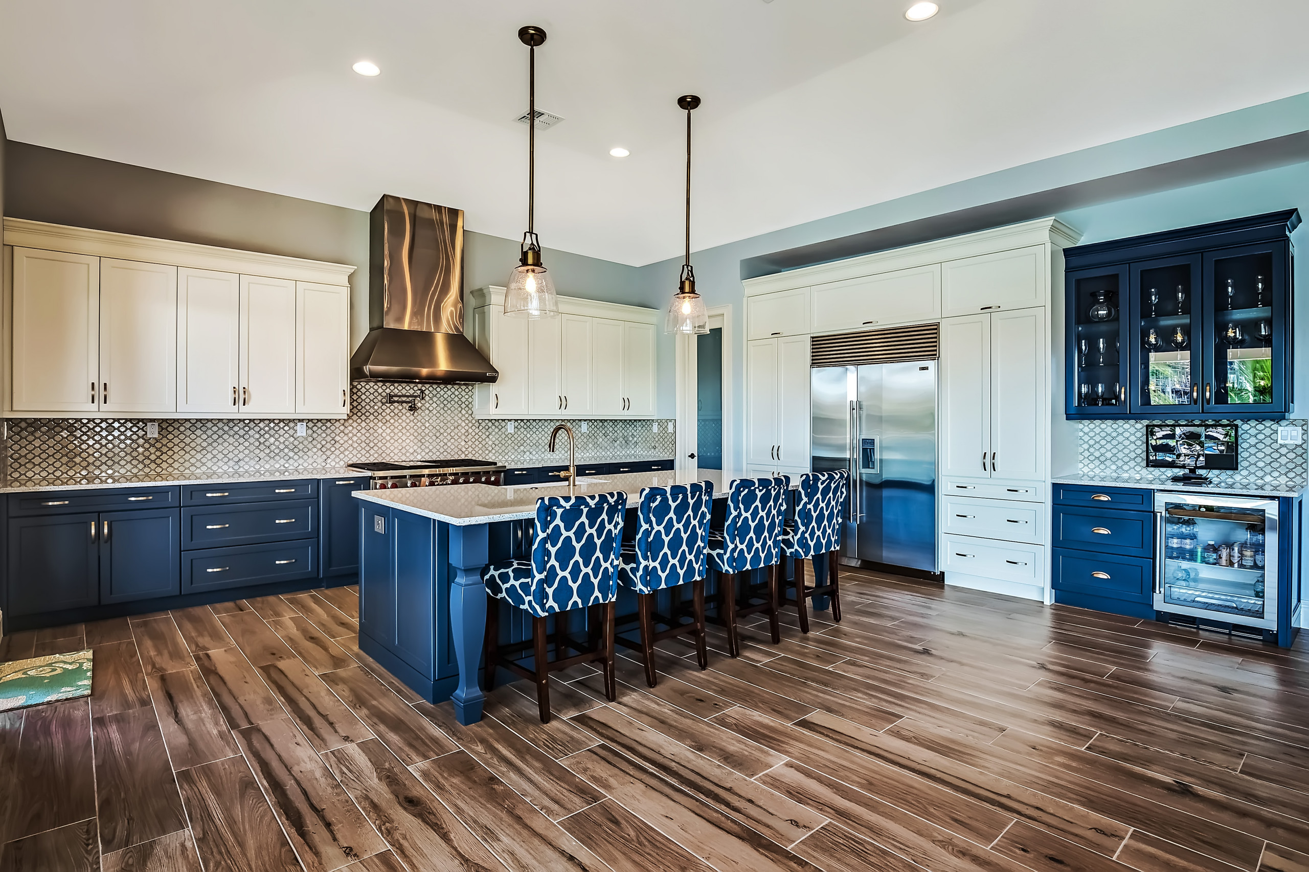 75 Beautiful Kitchen With Recycled Glass Countertops And Multicolored Backsplash Pictures Ideas November 2020 Houzz