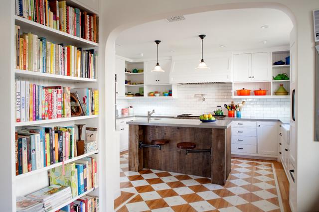 Esempio di una cucina stile americano con ante bianche, paraspruzzi bianco, paraspruzzi con piastrelle diamantate e pavimento in legno verniciato
