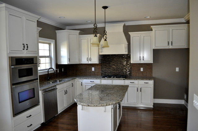 Etonnant White Cabinet Kitchen With Tile Backsplash Contemporary Kitchen