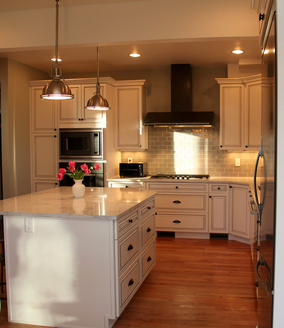 White cabinets backsplash and also kitchens ideas subway for Traditional white kitchens